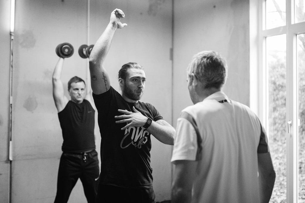 King Kong Club Salzburg - Coach Luca erklärt KONG eine Übung